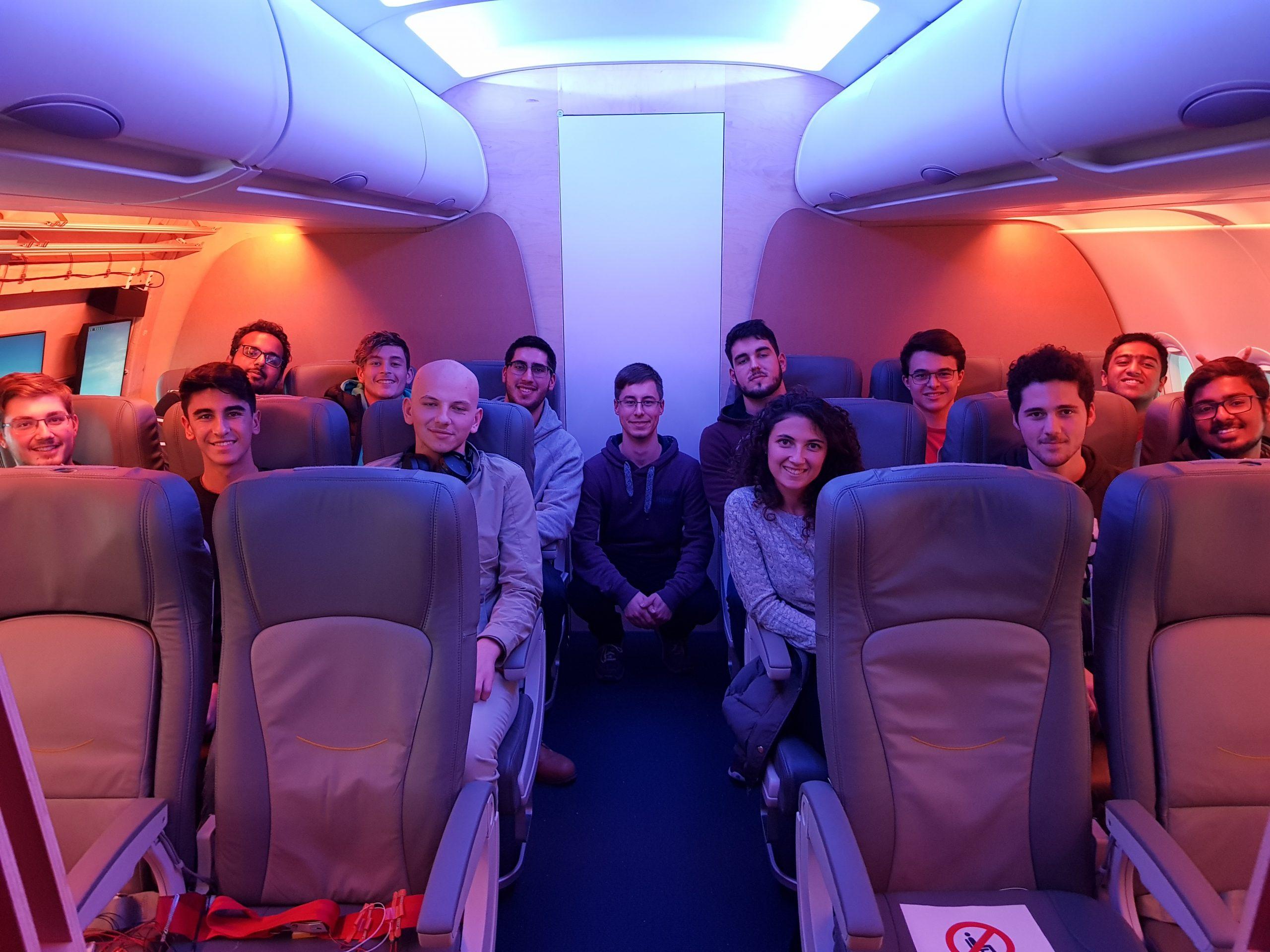 Gruppenbild im Mock-up einer Flugzeugkabine.